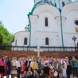 Паломники и ученики Воскресной школы на фоне Успенского собора Паломничество. Поездка в Святогорскую Лавру. 27 мая 2012 г.