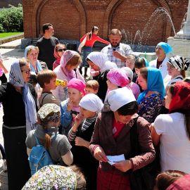 Паломники собираются подняться по горному серпантину к Николаевской церкви и посетить могилу Иоанна Затворника Паломничество. Поездка в Святогорскую Лавру. 27 мая 2012 г.
