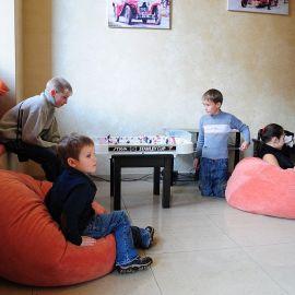 Дети заняли места в игровой комнате Духовные чада отца Виктора празднуют день святителя Николая. 22.12.2013 г.
