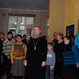 Перед началом трапезы прочитали «Отче наш...» Духовные чада отца Виктора празднуют день святителя Николая. 22.12.2013 г.
