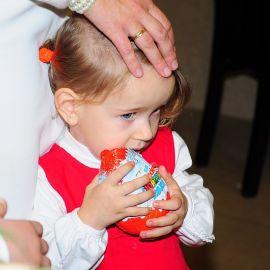 Тем временем кое-кто угощается шоколадом… Духовные чада отца Виктора празднуют день святителя Николая. 22.12.2013 г.