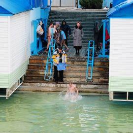 Паломники троекратно и с молитвой окунаются в озеро, хотя в этом году это было сложно - воды в источнике было по щиколотку… Паломничество. Почаев 30.12.2014 - 03.01.2015 г.