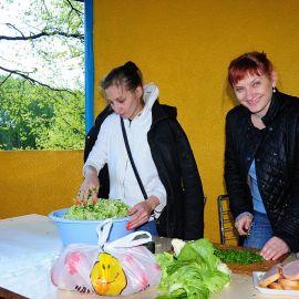 Женщины делали бутерброды и салат Выезд на природу духовных чад отца Виктора. 17.05.2015 г.