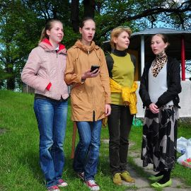 Стихийно образовавшийся в прошлом году коллектив «Девочки-припевочки» тоже подготовил программу Выезд на природу духовных чад отца Виктора. 17.05.2015 г.