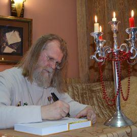 Всего за презентацию батюшка подписал полсотни книг Презентация второй книги отца Виктора. 13.04.2015 г.