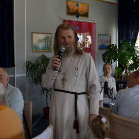 Батюшка поздравляет всех со святым праздником, заботится, чтобы праздник каждому пришелся по душе Презентация третьей книги отца Виктора. 02.05.2016 г.