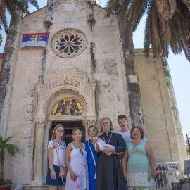 Отец Виктор с семьей и крестником у храма архангела Михаила (Херцег-Нови, Черногория) Паломническая поездка отца Виктора в Черногорию. 10-24 июля 2016 г.