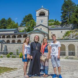 Отец Виктор с семьей в Цетинском монастыре (был построен в 1484 году), где хранятся десница Иоанна Крестителя и частицы Святого Креста Паломническая поездка отца Виктора в Черногорию. 10-24 июля 2016 г.