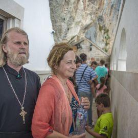 Острог был построен в XVII веке, состоит из двух частей. Верхний монастырь отделен от Нижнего дорогой длиной около 5 километров, проходящей через лес Паломническая поездка отца Виктора в Черногорию. 10-24 июля 2016 г.