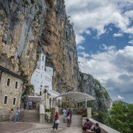В монастыре хранятся мощи его основателя — святого Василия Острожского, чудотворца, скончавшегося 29 апреля (9 мая) 1671 года Паломническая поездка отца Виктора в Черногорию. 10-24 июля 2016 г.