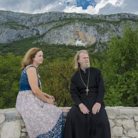 Отец Виктор с матушкой на фоне монастыря Острог Паломническая поездка отца Виктора в Черногорию. 10-24 июля 2016 г.