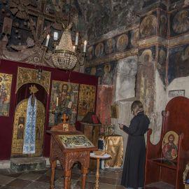 Отец Виктор в малом храме Успения Пресвятой Богородицы монастыря Савина. Он всего десять метров в длину и шесть в ширину. Впервые упоминается в 1030 г. Паломническая поездка отца Виктора в Черногорию. 10-24 июля 2016 г.