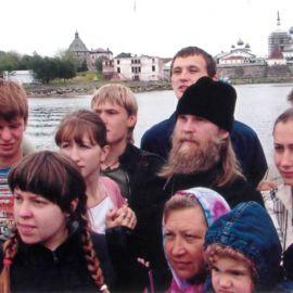 И еще раз фото на память уже на катере, мы отплываем в обратный путь, в г. Кемъ. Паломничество. Соловки, июль 2007