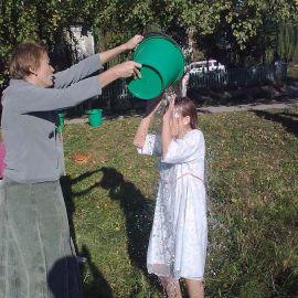 Т.к. людей очень много, мы обливаем себя с ведер Свято-Успенская Святогорская Лавра. Осень 2010