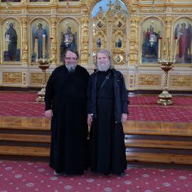 Здесь же батюшка неожиданно встретил своего однокашника по семинарии, отца Александра из Полтавской епархии Фотоотчет из поездки на Афон 2017