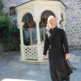 Батюшка Виктор во дворе одного из монастырей, Афон Фотоотчет из поездки на Афон 2017