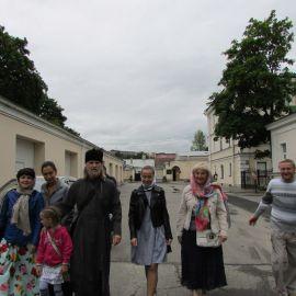 Отец Виктор с духовными чадами на территории Новодевичьего монастыря Паломническая поездка к святыням Санкт-Петербурга