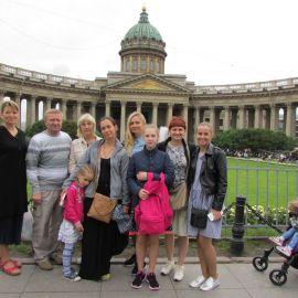 Паломники на фоне Казанского собора, Санкт-Петербург Паломническая поездка к святыням Санкт-Петербурга