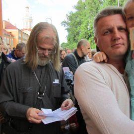 Отец Виктор читает поданные ему записки Паломническая поездка к святыням Санкт-Петербурга