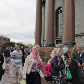 Паломники перед колоннадой Исаакиевского собора Паломническая поездка к святыням Санкт-Петербурга
