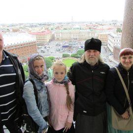 На колоннаде Исаакиевского собора Паломническая поездка к святыням Санкт-Петербурга