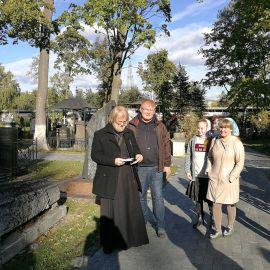 Батюшка молится по запискам. Кладбище Донского монастыря Паломническая поездка к мощам святителя Спиридона и блаженной Матроны