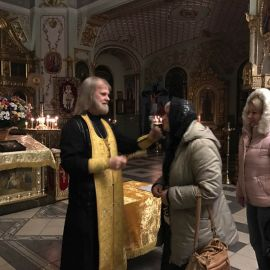 Батюшка служит молебен перед началом поездки Паломническая поездка Боголюбово — Муром — Дивеево. 11-17.10.2019 г.
