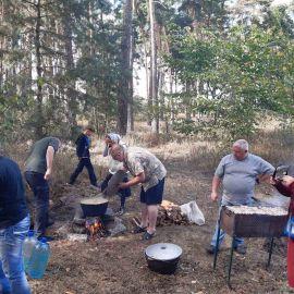 В сосновом лесу неподалеку от источника уже раскинулась полевая кухня Выезд на природу, 4.09.2021 г.