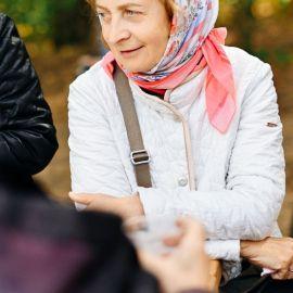 Матушка Вера общается с прихожанами Выезд на природу, 4.09.2021 г.