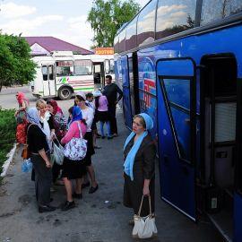 Снова собравшись у автобусов, паломники проехали еще немного до последней остановки в воскресной поездке -- Кириченковой криницы Паломничество. Поездка в Святогорскую Лавру. 27 мая 2012 г.
