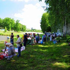 Вся компания расположилась в теньке, у озера Отдых на природе духовных чад отца Виктора 26 мая 2013 г.