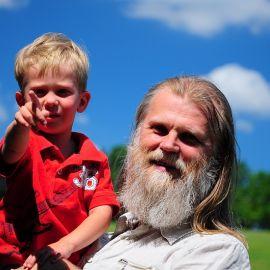 Отец Виктор с крестником Отдых на природе духовных чад отца Виктора 26 мая 2013 г.