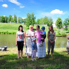 Женщины читают стихи о женах-мироносицах Отдых на природе духовных чад отца Виктора 26 мая 2013 г.