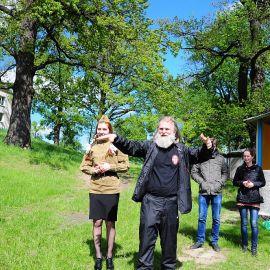 Батюшка объявляет начало культурной программы Выезд на природу духовных чад отца Виктора. 17.05.2015 г.