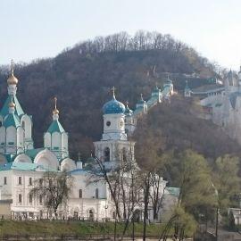 В состав монастыря входят наземные храмы, скиты, меловые пещеры Паломническая поездка в Святогорскую Лавру. 9-10 апреля 2016 г.
