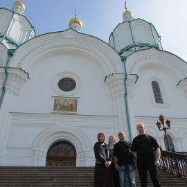 Приложившись к изюмским святыням, паломники добрались до Святых Гор Донецкой области и первым делом побывали в Успенском соборе Паломническая поездка в Святогорскую Лавру. 9-10 апреля 2016 г.