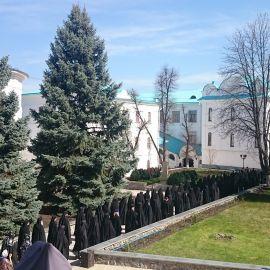 После воскресной литургии монахи идут на трапезу Паломническая поездка в Святогорскую Лавру. 9-10 апреля 2016 г.