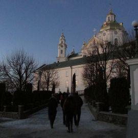 Паломники спешат на раннюю литургию в Свято-Успенской Почаевской лавре Паломническая поездка в Почаевскую лавру на Новый 2017 год