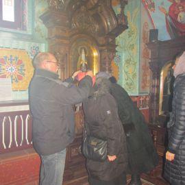 Паломники надевают вериги Никиты Столпника Паломническая поездка в Почаевскую лавру на Новый 2017 год