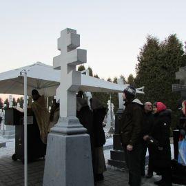 Еще одна благочестивая традиция - по пути из Свято-Духова скита заходить на кладбище и помазываться маслом от могилы Амфилохия Почаевского Паломническая поездка в Почаевскую лавру на Новый 2017 год