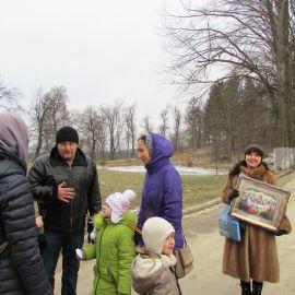 В Свято-Духовом скиту паломники подают записки, запасаются душеполезной литературой, покупают иконы Паломническая поездка в Почаевскую лавру на Новый 2017 год
