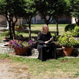В каждом монастыре отец Виктор находит время для молитвы по запискам Фотоотчет из поездки на Афон 2017