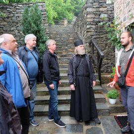 Гид рассказывает паломникам интересные факты о каждом из святых мест Фотоотчет из поездки на Афон 2017
