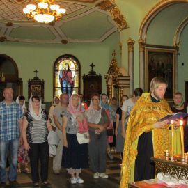 13 июля, перед отправлением в дальнюю дорогу, отец Андрей отслужил молебен Паломническая поездка к святыням Санкт-Петербурга