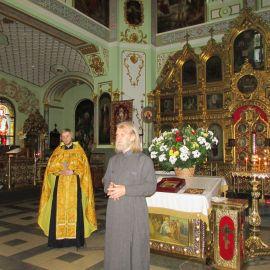 После молебна отец Виктор произносит напутственное на дорогу слово Паломническая поездка к святыням Санкт-Петербурга