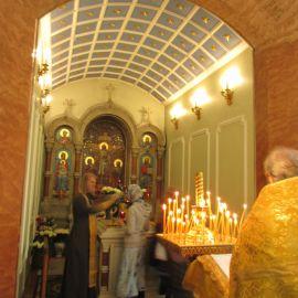 Отец Виктор помазывает паломников елеем от мощей Ксении Петербургской Паломническая поездка к святыням Санкт-Петербурга