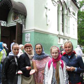 Паломницы с цветами от мощей Ксении Петербургской Паломническая поездка к святыням Санкт-Петербурга
