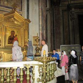 Паломники прикладываются к Тихвинской иконе Божьей Матери Паломническая поездка к святыням Санкт-Петербурга