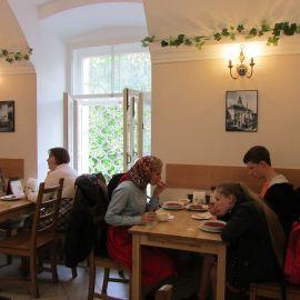 Паломники подкрепляют силы для дальнейших подвигов Паломническая поездка к святыням Санкт-Петербурга