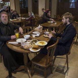 Отец Виктор и отец Андрей за ужином Паломническая поездка в Почаевскую лавру. 30.12.2017 - 03.01.2018 г.